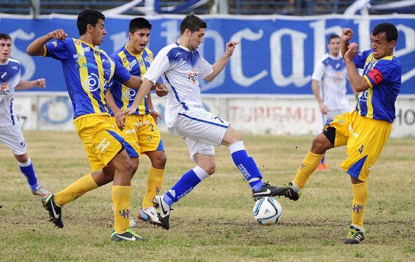 Perdido. Ezequiel Previti pierde ante la presión de los jugadores de Puerto Nuevo.