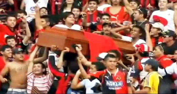 Hinchas colombianos velaron a un muerto en la tribuna durante un partido de Cúcuta (video)