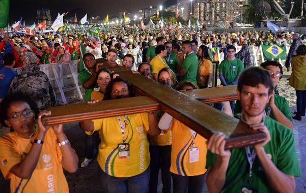 Símbolo. Una caravana de jóvenes lleva la cruz que se instaló en el altar poco antes de iniciarse la ceremonia.