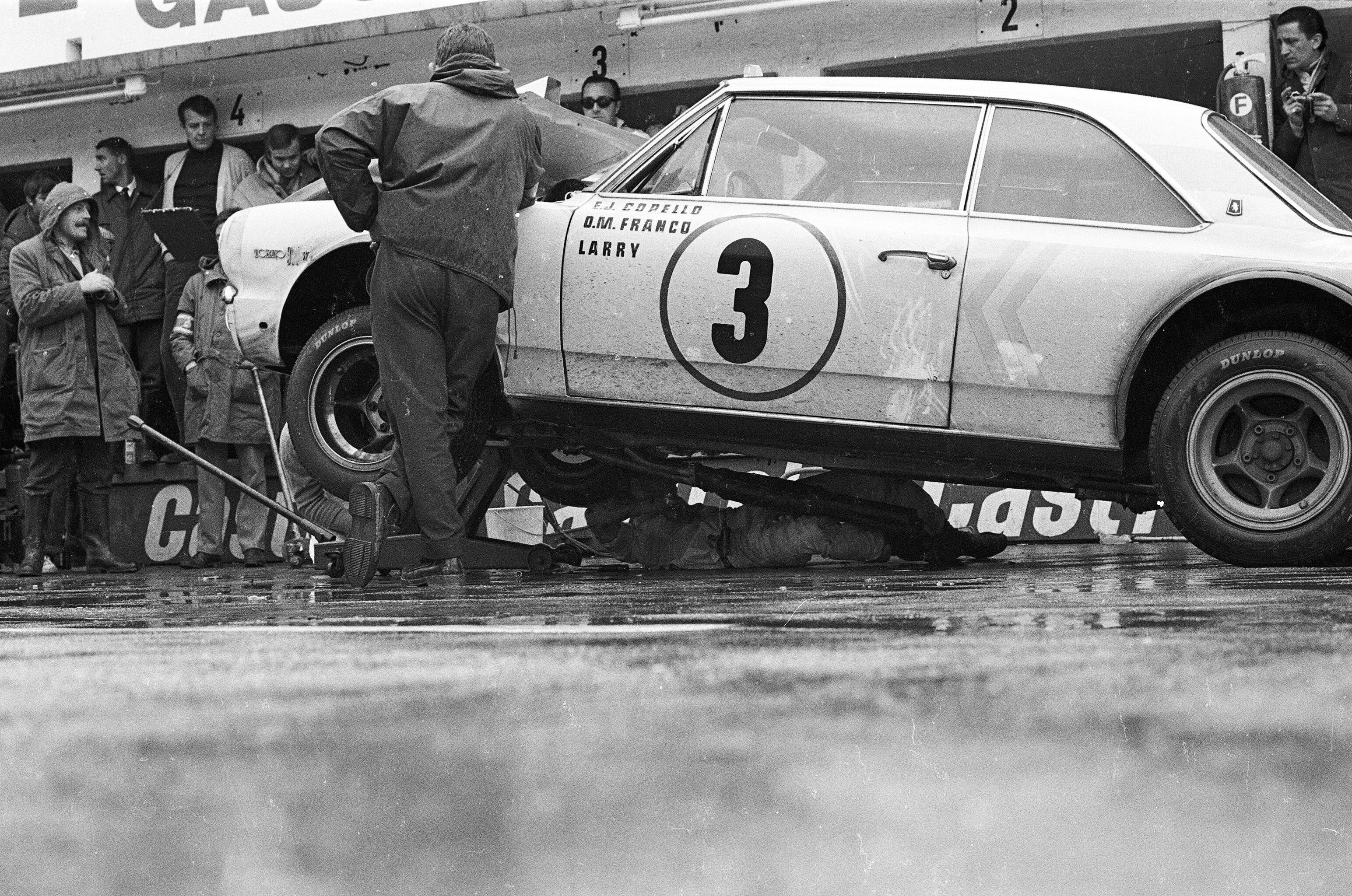Se rompió el caño de escape del único Torino en pie. El ruido superaba los 83 decibeles permitidos y Larry tuvo que arreglarlo. Fue el fin.