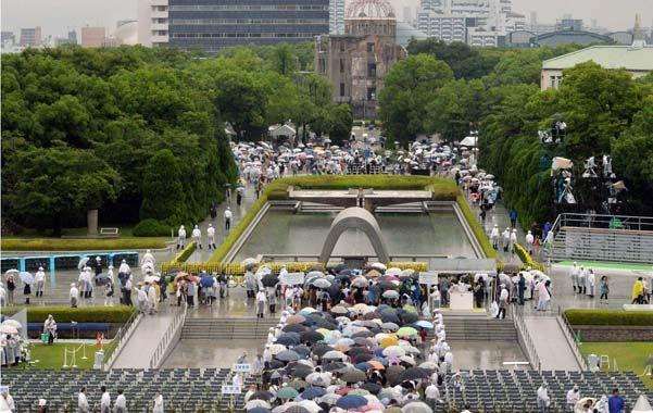 Decenas de miles de personas se congregaron ayer en Hiroshima con motivo del 69º aniversario del lanzamiento de la primera bomba atómica de la historia.