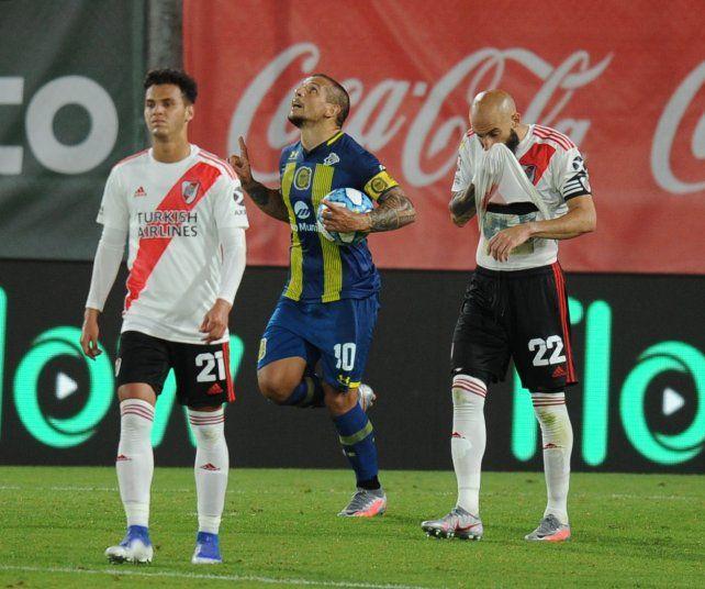 Emiliano Vecchio celebra su gol, de penal, en el final.