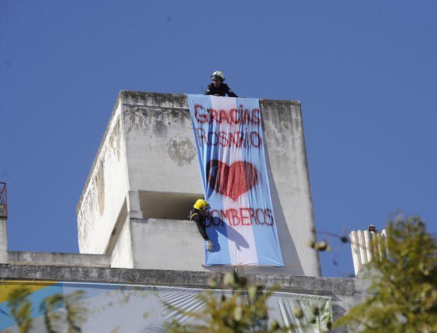 Los bomberos colgaron una bandera agradeciendo todo el apoyo. (Foto: S. Toriggino)