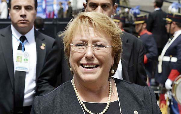 En picada. Bachelet perdió cinco puntos de popularidad en un mes.