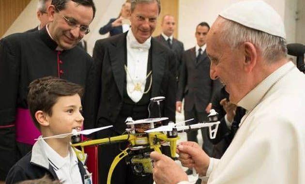 Los chicos italianos se sumaron a esta especie de moda de regalarle a Francisco objetos modernos.