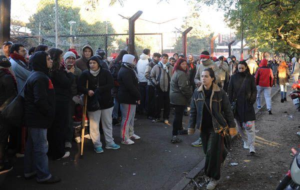 La multitud rodea por completo al Coloso