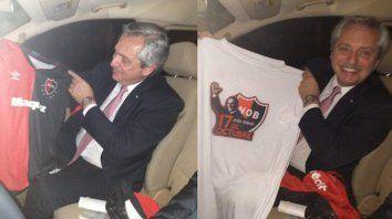 Compañero leproso. En octubre de 2019 el ahora presidente Alberto Fernández estuvo en Rosario y se fotografió con las camisetas que le obsequiaron hinchas rojinegros.