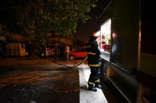 En la oscuridad. Dos dotaciones de Bomberos lograron controlar el incendio en zona norte.
