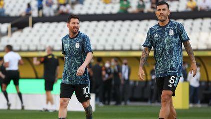Messi y parees, que retorna, en el césped del Pacaembú. Argentina y Brasil acaparan todo.