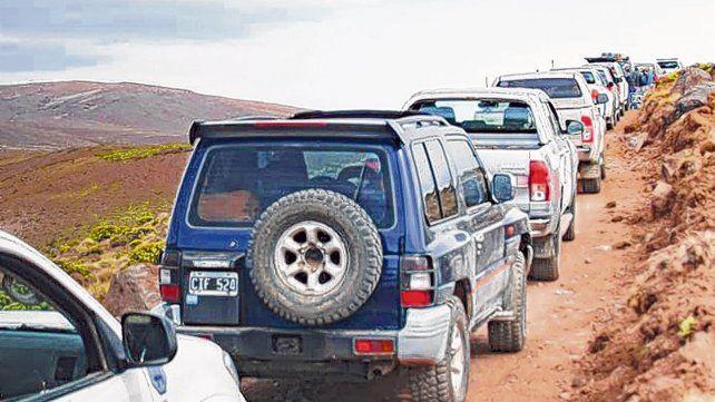 Precaución. Los vehículos deben mantener distancia porque uno puede frenar de pronto por una piedra en el camino.
