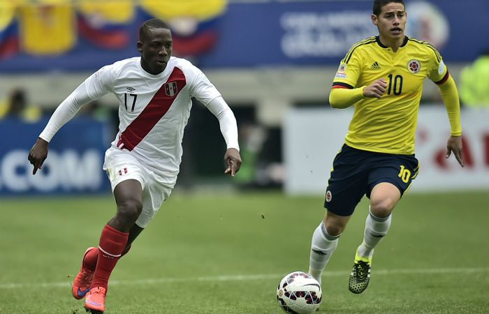 Advíncula en un partido ante Colombia por Eliminatorias. El lateral está en Lima y en las próximas horas viajará a la Argentina.