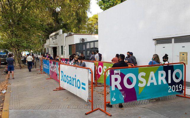 Gente haciendo cola para realizarse el hisopado en el Hospital Carrasco. La llegada de la segunda ola es una realidad