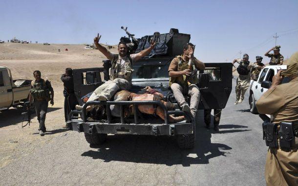 Guerra sin fin. Fuerzas kurdas trasladan en un vehículo militar el cadáver de un islamista abatido en Irak.