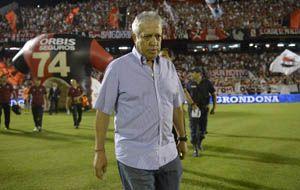 El entrenador leproso no ocultó su bronca por el empate. (Foto: H. Río)