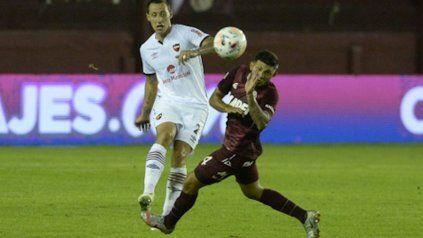 Disputa. Cristian Lema rechaza la pelota ante la presencia de Facundo Pérez.