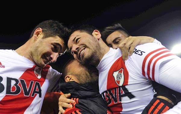 Todos con Mora. El uruguayo marcó un golazo para decretar el 2 a 0 en la victoria de los millonarios en Núñez.
