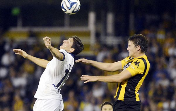 Siempre por arriba. Gonzalo Castillejos se eleva con gran esfuerzo en el mano a mano con Matías Sarulyte. Central tiró demasiados pelotazos.