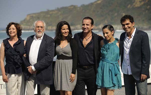 Para la foto. El veterano director Arturo Ripstein junto a su mujer (izquierda) y los protagonistas del filme.