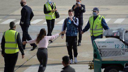 Reencuentro. Antonella Roccuzzo, la esposa de Leo, explota de alegría y corre a abrazar a Messi apenas lo ve en la pista del aeropuerto de Fisherton.