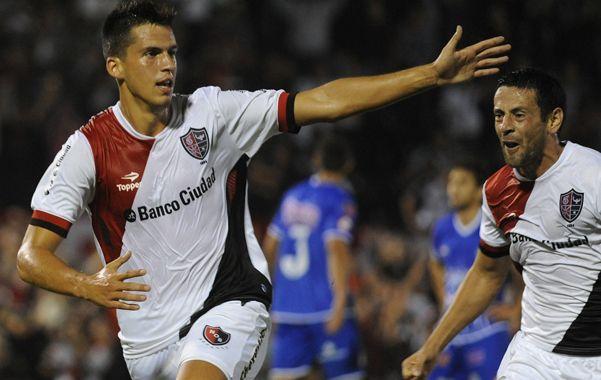 El primero. Nehuén Paz marcó su primer gol en el fútbol profesional y el Coty corre a felicitarlo. Figueroa anotó el segundo.