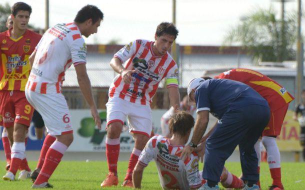Gómez cae al suelo mientras sus compañeros intentan ayudarlo.