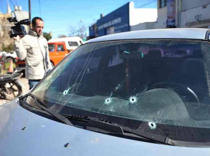 El Mazda gris fue agujereado por los disparos que alcanzaron a los tres hombres que viajaban en su interior. (Foto: E.Rodríguez)