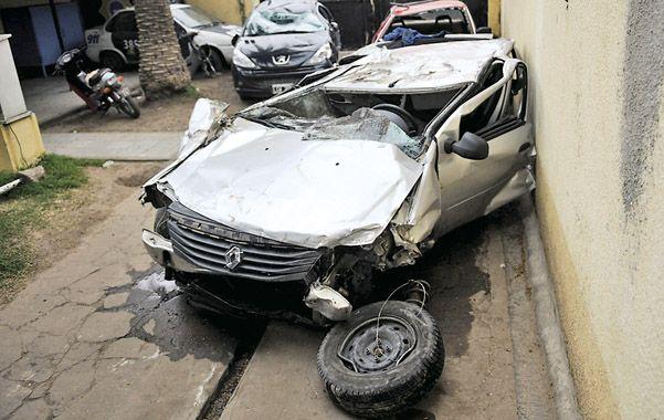 Destruido. El Renault Logan en el que viajaban las tres víctimas oriundas de San Lorenzo.