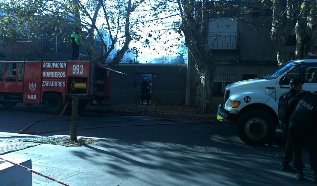 Las llamas devoraron las precarias instalaciones de la vivienda ubicada en Mitre entre avenida Francia y Vera Mujica.