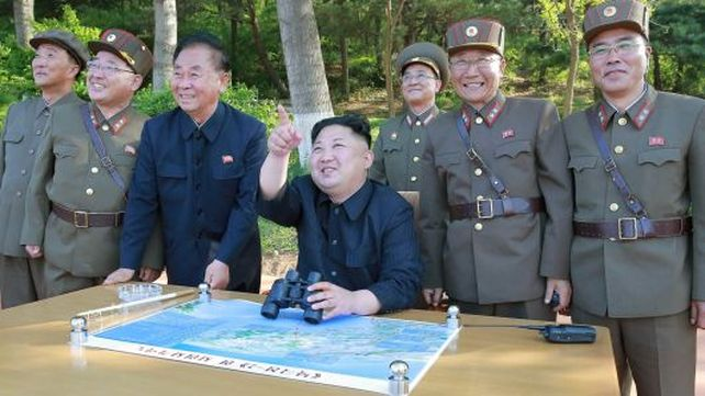 El dictador norcoreano Kim Jong-un, observa satisfecho un lanzamiento de un misil balístico.