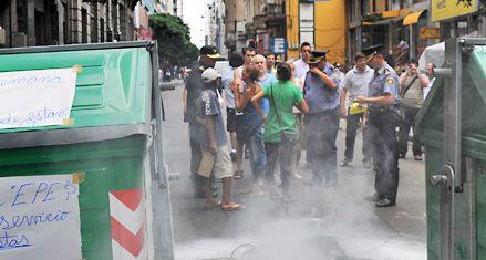 Hartos de los apagones, los vecinos cortan las calles y exigen respuestas