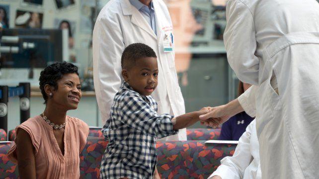 Alegría. Zion junto a su madre y a Scott Levin