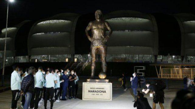 Inauguraron la estatua de Maradona en el acceso al estadio de Santiago del Estero.
