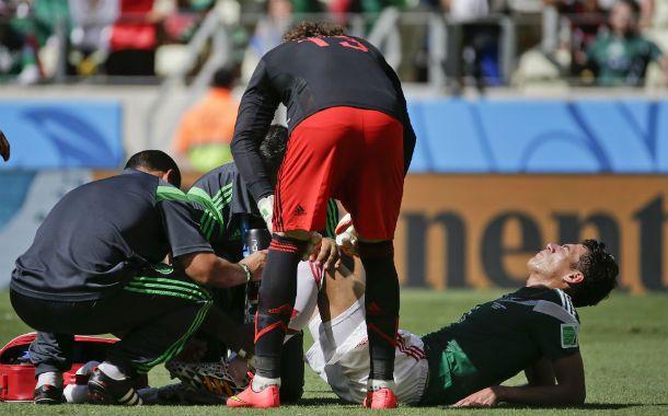 El zaguero es atendido tras un choque con Robben en el área. Luego se comprobó la gravedad de la lesión.