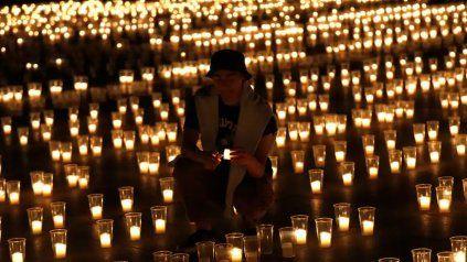 En homenaje a las víctimas de la pandemia, el Castillo de Praga se iluminó con velas