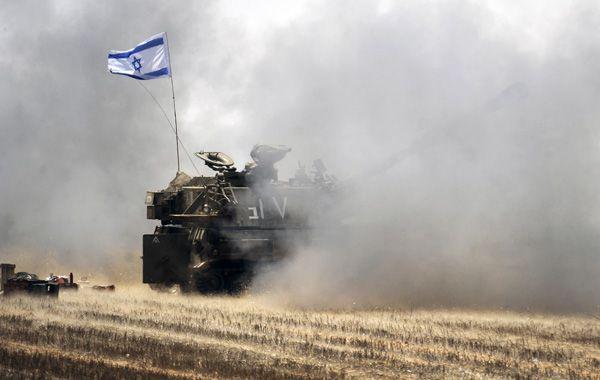 Un tanque israelí dispara contra objetivos palestinos en la Franja de Gaza. (Foto: AFP)