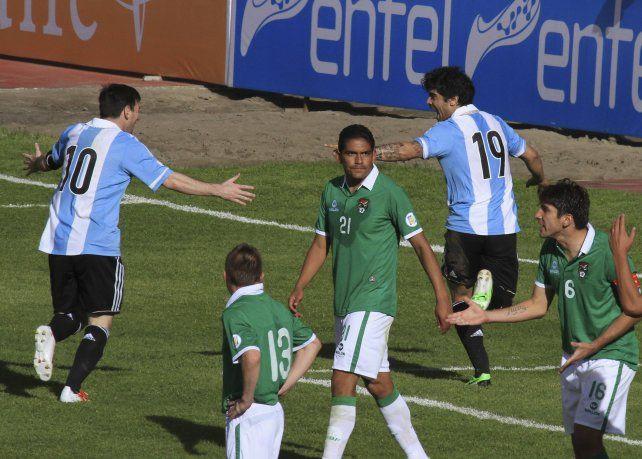 Messi celebra el gol de Banega en La Paz, en el 1 a 1 ante Bolivia en 2013.
