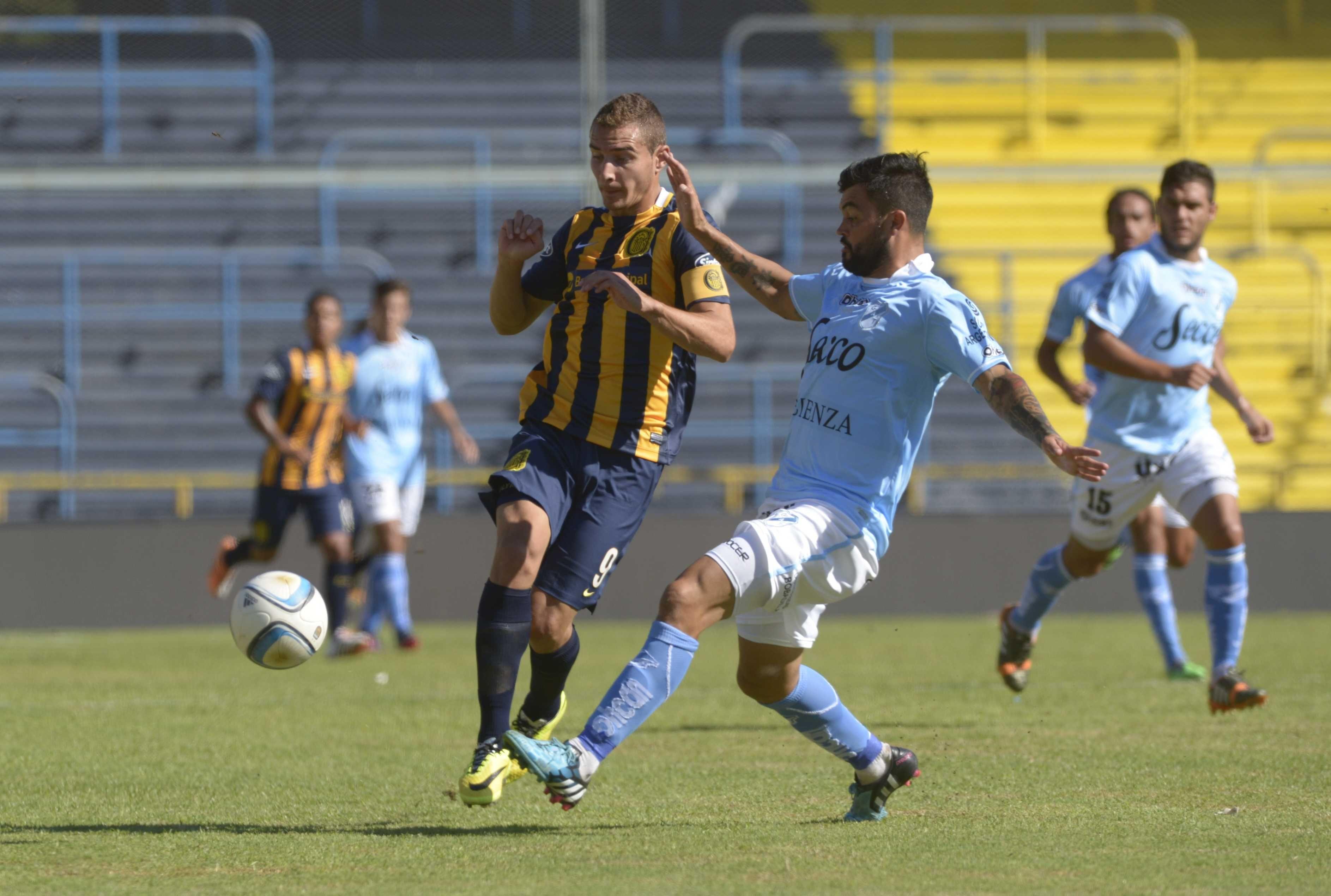 Marco Ruben maniobra ante la marca de Gastón Aguirre. (Foto: Héctor Río)