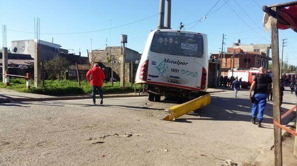 Al menos 6 heridos y 10 lesionados por un choque entre un colectivo y un tren