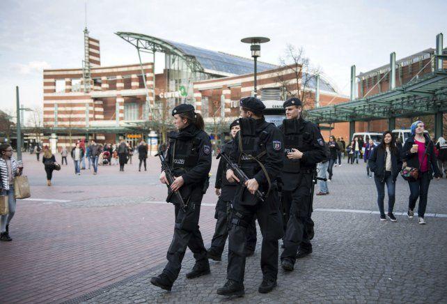 Alerta. Policías germanos patrullan las inmediaciones del shopping.