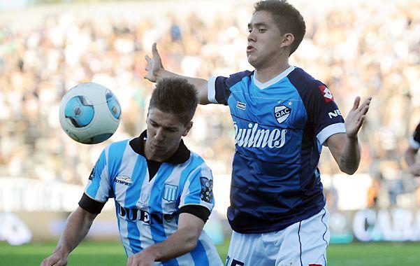 Palomita. Luciano Vietto intenta cabecear ante la marca de Lucas Pérez Godoy.
