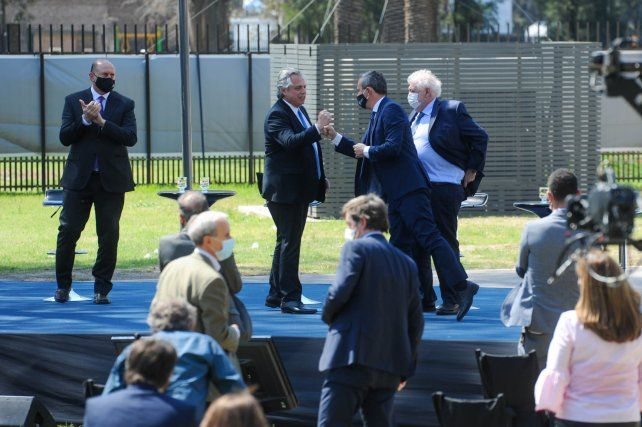 El saludo entre el intendente y el presidente al término del acto.