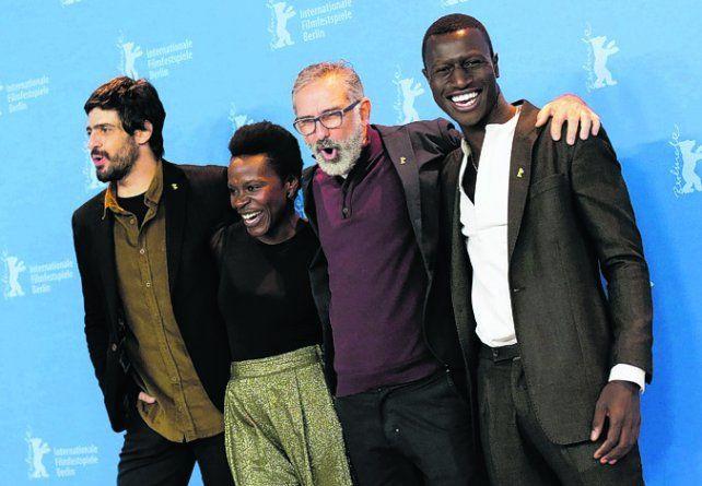 Presentes. El cineasta y el elenco del filme sobre la vida del Tiradentes.