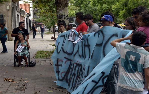 Familiares y amigos de la víctima en una de las manifestaciones con denuncias por el accionar policial. (foto archivo: Sebastián Suárez Meccia)