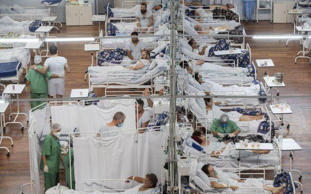 Pacientes con COVID-19 en un hospital de campaña construido dentro del coliseo deportivo Santo Andre