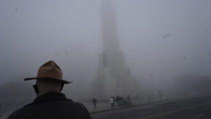 Una espesa niebla cubría el Monumento Nacional a la Bandera.