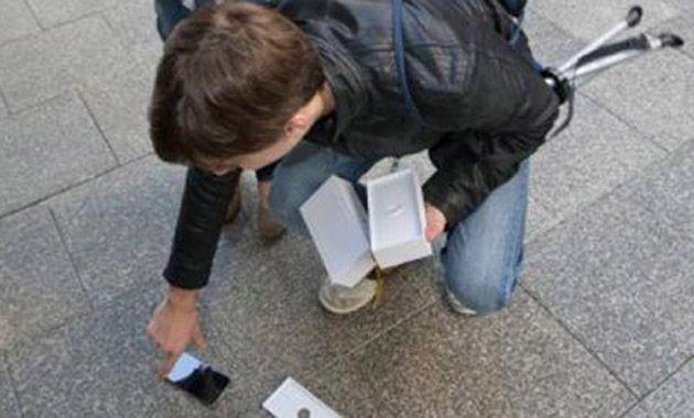 La emoción le jugó una mala pasada al chico de 18 años que acababa de comprar el nuevo modelo de Apple.