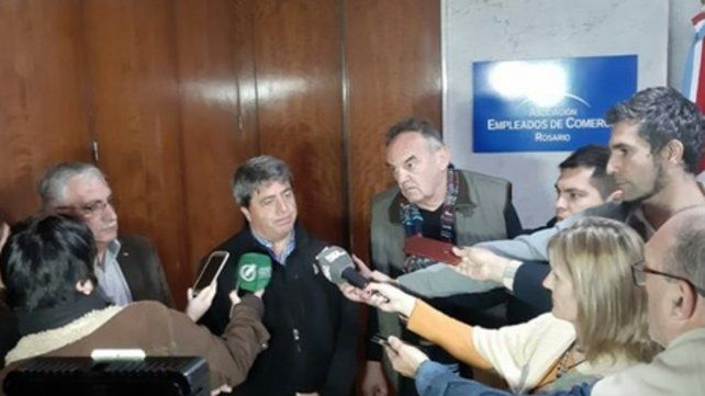 Anuncio. Representantes empresarios y sindicales se reunieron ayer en la sede del gremio mercantil.