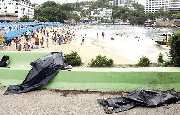La evidencia. Dos cadáveres yacen delante de una playa