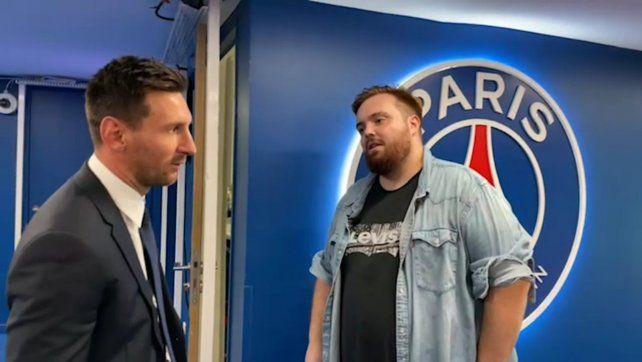 Juntos. Messi charló unos minutos después de la conferencia de prensa con el youtuber español Ibai Llanos.