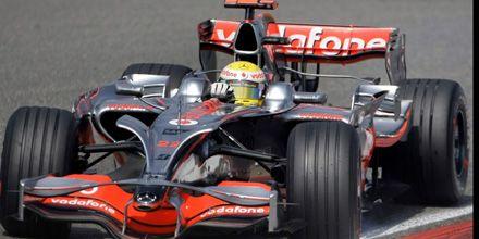 F-1: Hamilton hizo la pole en Shanghai y está a un paso del título